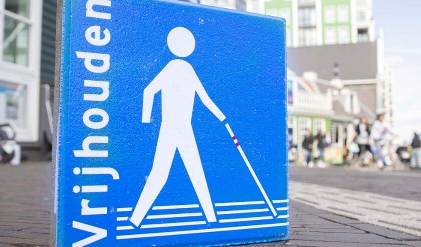 <p>Stoeptegel 'Houd de lijn vrij!' (foto: Gabor Nijenhuis)</p>