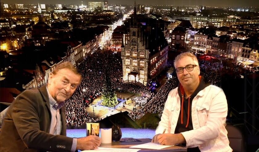 <p>Voorzitter Piet Zuidwijk van stichting Gouda bij Kaarslicht en John de Heij van de Theaterbakkerheij bezegelen hun samenwerking. Foto:Marianka Peters</p><p><br></p>
