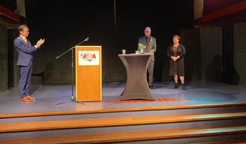 <p>Burgemeester Lucien van Riswijk overhandigde - coronaproof - een koninklijke onderscheiding aan Bertus Bruins. (foto: PR)</p>