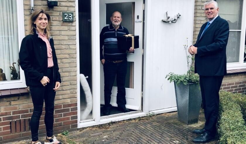 <p>Henk Od&eacute; ontvangt van Katherine Haklander (Brasserie Staverden) en burgemeester Andr&eacute; Baars een driegangendiner.&nbsp;</p>