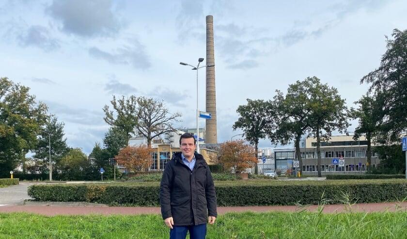 <p>SGP-fractievoorzitter Harm Jan Polinder: Windmolens zijn tot wel tien keer hoger dan de pijp van de melkfabriek. (Foto: SGP Nunspeet)</p>