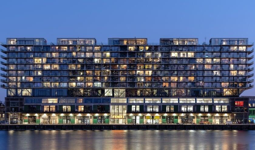 <p>De transformatie van Fenix I op Katendrecht won tal van prijzen, waaronder de Rotterdam Architectuurprijs 2019 (van zowel vakjury als publiek) en de ICONIC Award 2020 voor innovatieve architectuur. </p>