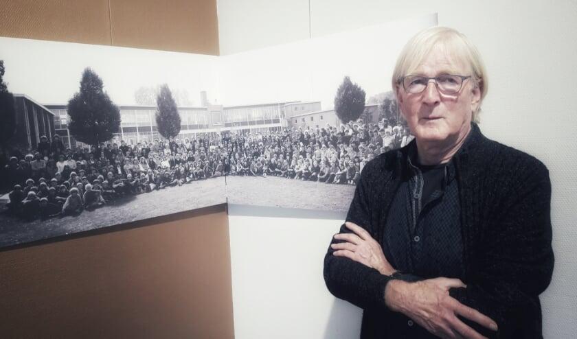 <p>Gert Jan Koster bij de laatste foto van de Vossenvelde MAVO in Bennekom waar alle leerlingen op stonden: de jaarlijkse schoolfoto.</p>