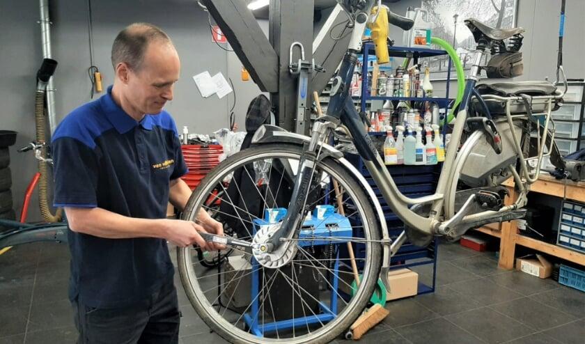 <p>Meeuwis de Lind van Wijngaarden uit Tiel aan het werk als leerling fietsenmaker bij een rijwielzaak in Beesd.</p>