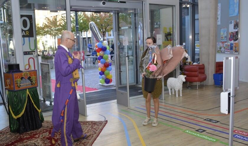 <p>Publiek wordt welkom geheten. (Foto&rsquo;s: Pieter Vane en De Cultuurfabriek)</p>