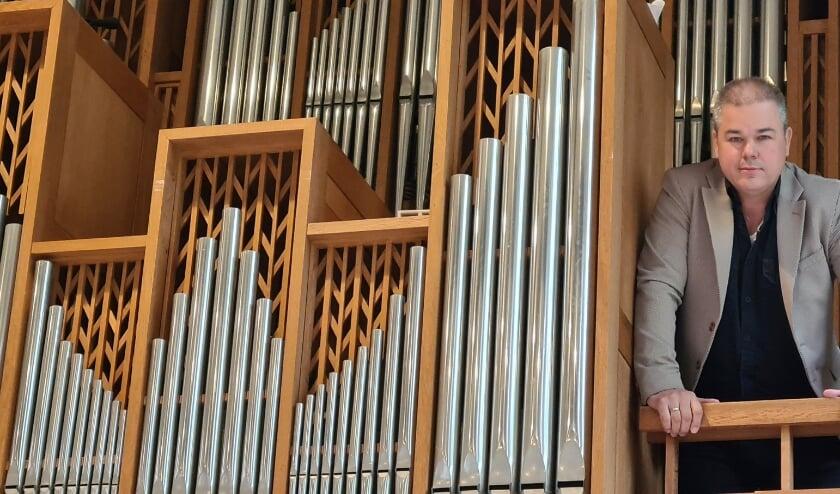 Sjaak Teuwissen bij het orgel in de Maranathakerk, zijn thuisfront als dominee van de Gereformeerde Kerk.