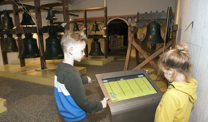 <p>Het luidklokkenspel in de tentoonstellingsruimte wordt gebruikt door Raf en Annalot.&nbsp;</p>