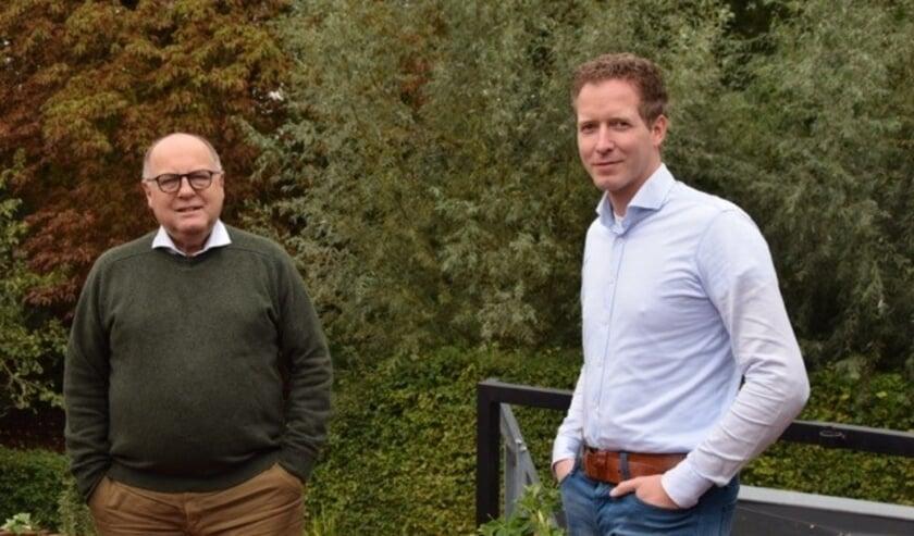 <p>Kees Metz met zijn opvolger Wilco den Hartog. Aan het eind van de raadsvergadering van 26 november wordt afscheid genomen van Metz.</p>
