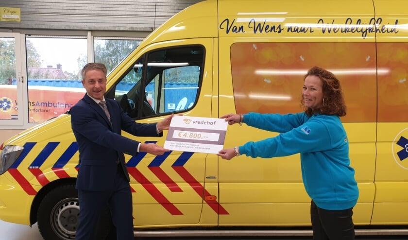 Op de foto Pedro Swier (Algemeen Directeur) van Vredehof en Margreet Schutten (General Manager) van de WensAmbulance.