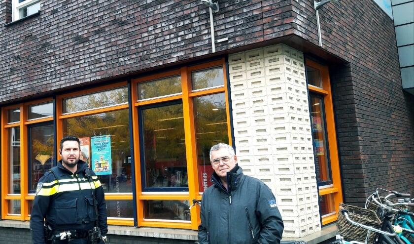 <p>Wijkagent Sander Veldhuizen en beheerder van Collage Marcel van der Heijden, bij enkele van de altijd actieve bewakingscamera&rsquo;s.</p>