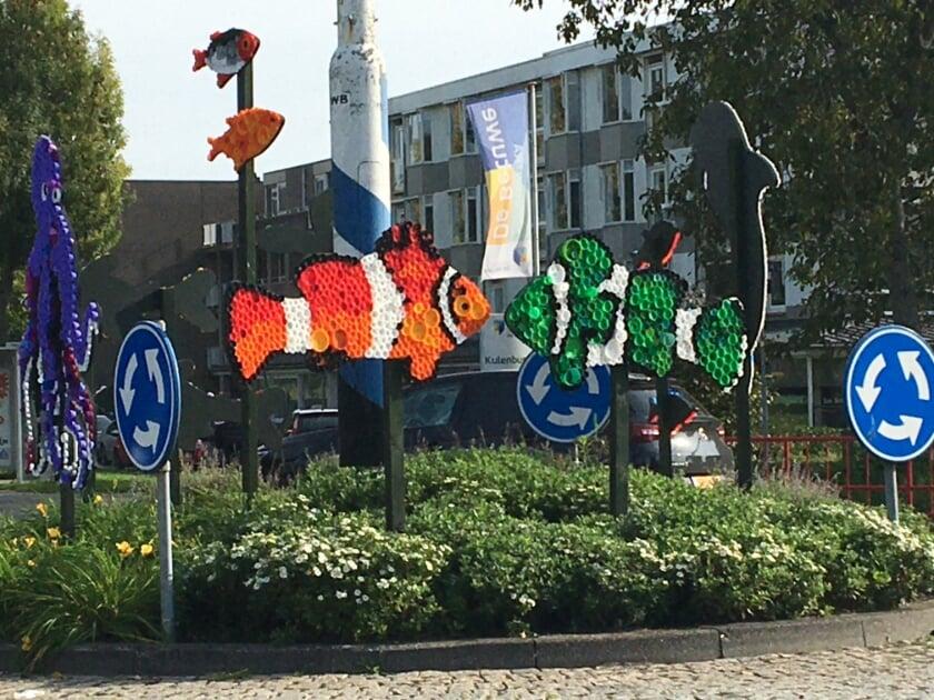 <p>Van plastic flessendoppen maakten kinderen kunstwerken, met een boodschap over plasticsoep en zwerfafval.</p><p>Foto&rsquo;s: Lonneke Crusio</p>