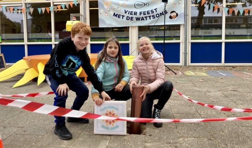 <p>Drie kinderen met de tijdcapsule met daarin hun duurzame wensen. over De capsule wordt over 15 jaar opgegraven om te kijken welke wensen zijn uitgekomen.&nbsp;</p>