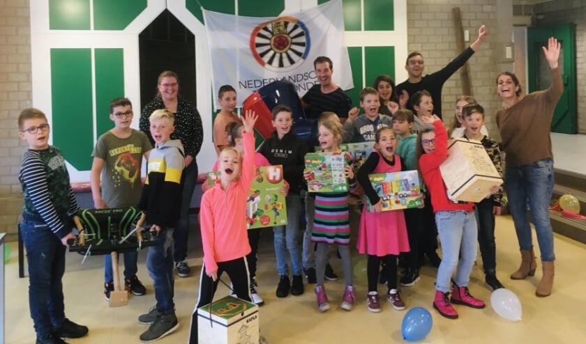 <p>Een afvaardiging van Tafelronde Harderwijk heeft nieuw speelmateriaal voor alle klassen overhandigd aan de kinderen.&nbsp;</p>