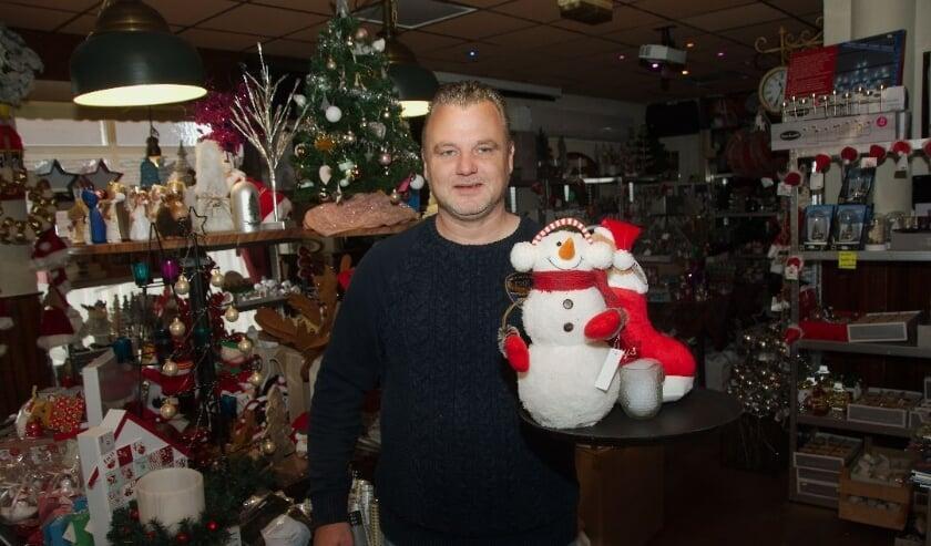 <p>Barry Gruben in zijn tijdelijke kerstwinkel: &#39;&#39;Er kwam een vrachtwagen vol voorrijden.&quot; (foto Gert Perdon)</p>