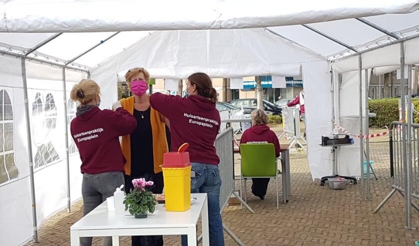 <p>Veel Renkumers kwamen vorige week op het Europaplein de griepprik halen. (foto: gertbudding.nl) </p>