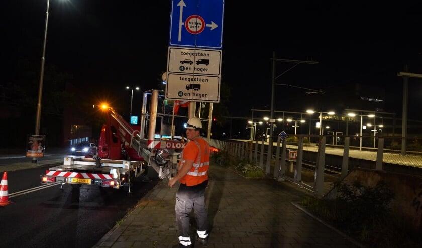 <p>De afgelopen week zijn alle verkeersborden voor de milieuzone vervangen. Hier worden de borden op de Amsterdamseweg, achter Arnhem Centraal, aangepast.&nbsp;</p>