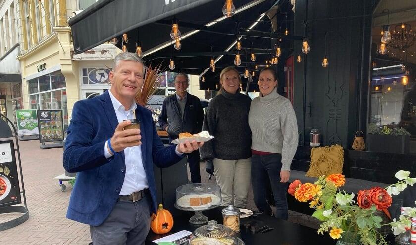 <p>Een blije klant bij Willemientje, zien Bernard, Karin en Esm&eacute; Sassen. (Foto: Nikola Voogd)</p>