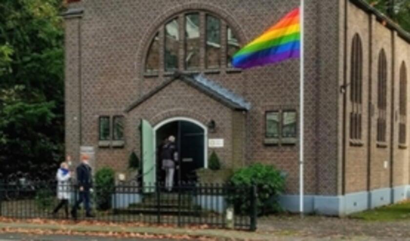 <p>De Regenboogvlag wappert bij de kerk. Onlangs werd hij om onduidelijke reden ontvreemd.</p>