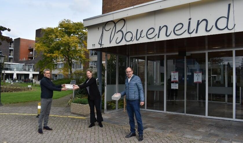 SGP raadsleden Dave Scheele en Gert Geerts op bezoek bij 't Boveneind in het kader van de Week van de eenzaamheid.