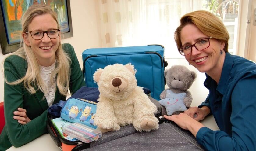 <p>Marije ten Vergert en Judith Westendorp met een Ekiko-koffer. (Foto: Judith Westendorp)</p>