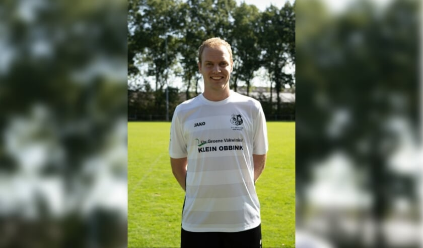 <p>In Azewijn loopt Marco Pruijs nog op het voetbalveld: &#39;We trainen in groepjes van drie &agrave; vier personen.&#39; Bron: Den Dam </p>