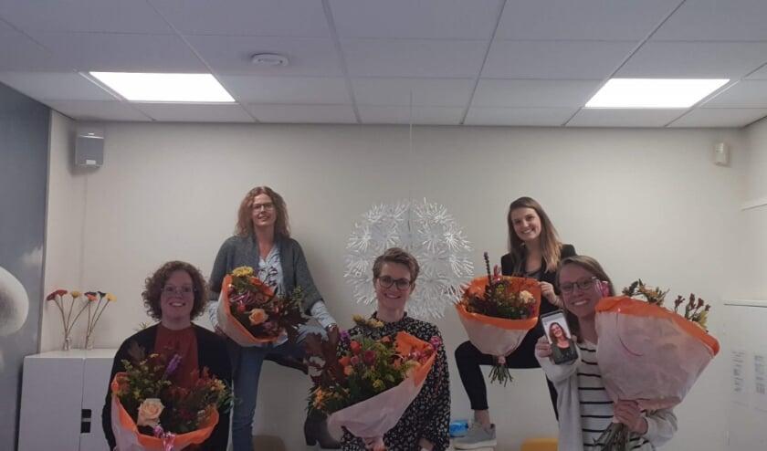 <p>Van links naar rechts Sandra Hamstra, Marion Verspuij, Mireille Peters, Anne Ruizendaal, Lieke Boon en Nienke van Vugt (foto op de telefoon).</p>