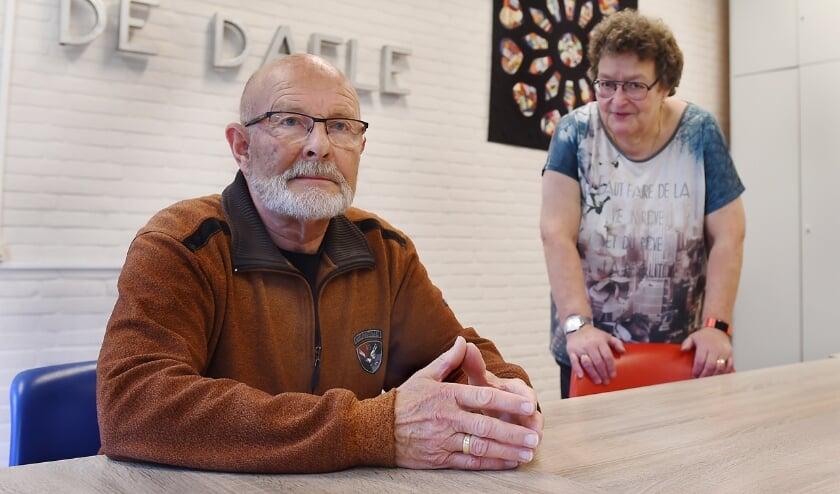 <p>Voorzitter Berry Gerritsen en secretaris Betsie Derksen van Klaverjasvereniging De Daele in het gelijknamige wijkcentrum. (foto: Roel Kleinpenning)</p>