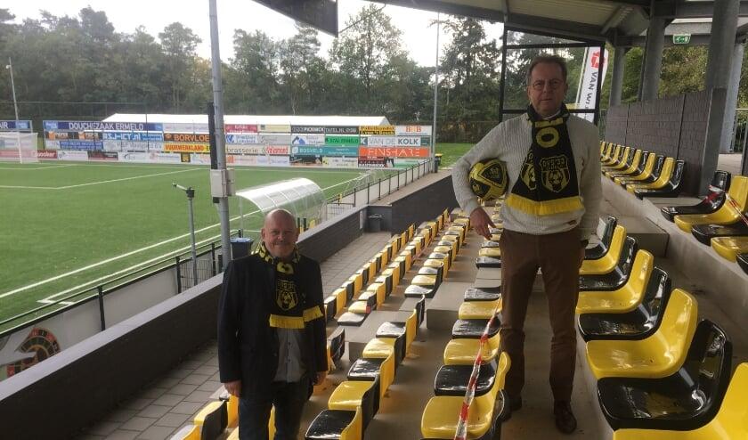 <p>Voorzitters Ton Roskam (businessclub) en Aart Goossensen (vereniging) verwachten pas na de winterstop weer competitievoetbal bij DVS'33.</p>