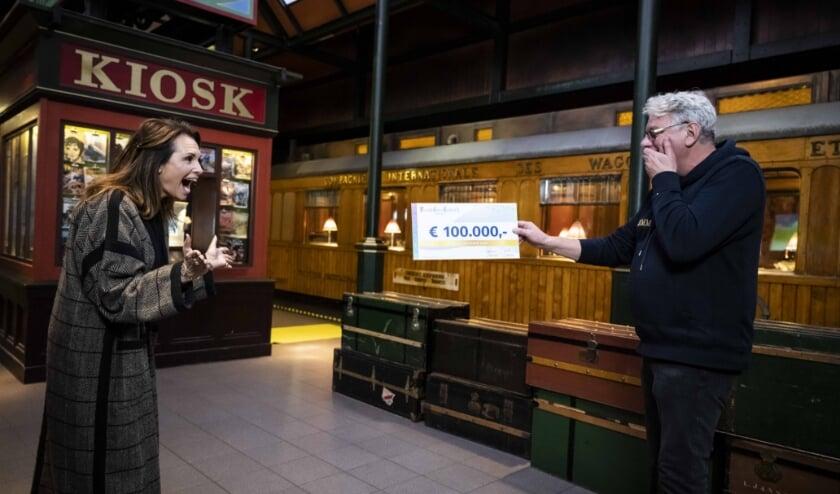 <p>De overhandiging van de cheque in het Spoorwegmuseum</p>