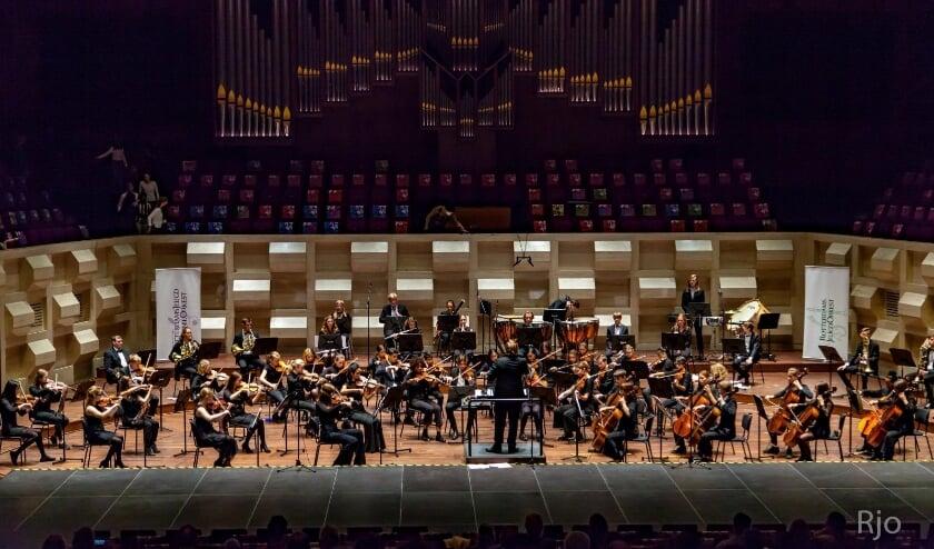 Voltallige Rotterdams Junioren Orkest met deelnemers Orkestdag op het podium van De Doelen.