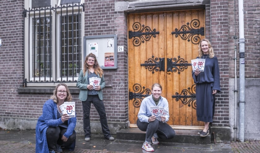 <p>V.l.n.r. Annemarie, Dunja, Mara Liza en Nina van Cultuurbarbaren bij 1 van de deelnemende locaties: Schuilkerk Bagijnhof. (Foto: Fred Leeflang)</p>
