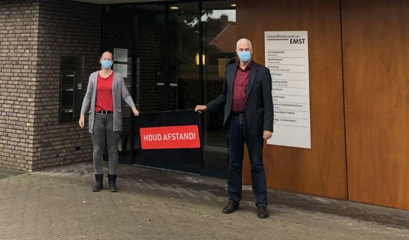 <p>Huisarts Wiechers met assistente Christel voor Gezondheidscentrum Emst. De pati&euml;nten zullen linksom het pand binnengaan en via de hoofdingang naar buiten.</p>
