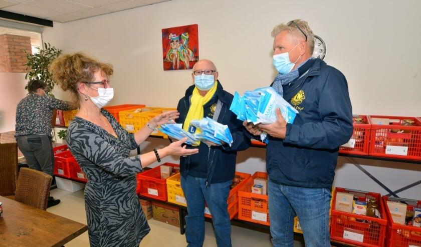 <p>Ben van Zutphen en Fred Zwinkels van de Lions &#39;t Stigt brengen bij de Voedselbank 500 mondmaskers (Foto Paul van den Dungen).</p>