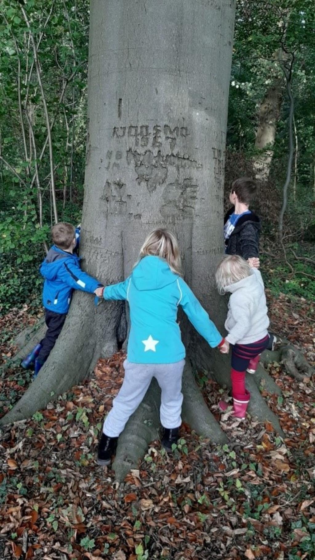 <p>Herfstactiviteit voor kinderen in Zoelense Bos. (foto: Janny van Zijderveld)</p>