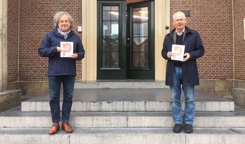 <p>Jurylid Wietse Hummel (links) en uitgever Ric Hofmans voor het Oude Stadhuis, waar de presentatie plaats zou vinden.</p>