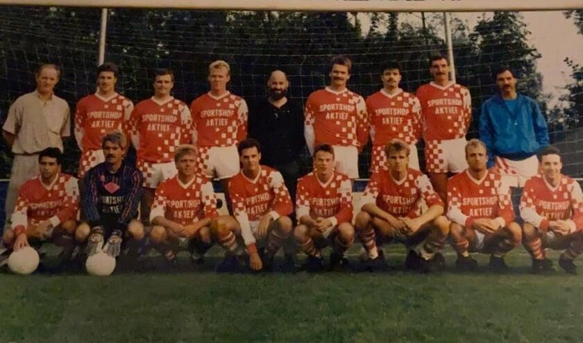 <p>Rob Roding, staand vierde van rechts, op teamfoto van Nivo Sparta gemaakt in het voetbalseizoen 1988/1989&nbsp;</p>