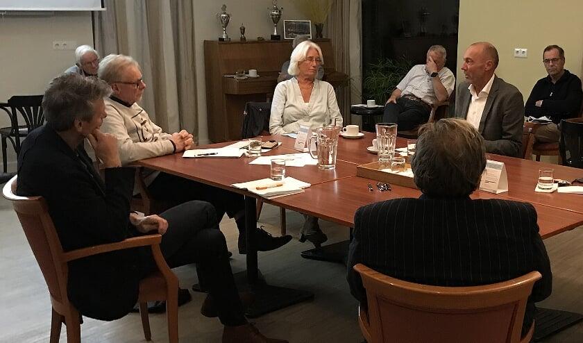 <p>Discussie in Stadstuin Theresia met onder anderen Gon Mevis (links), Els Aarts (midden) en tweede van rechts Rolph Dols. Foto: Ria Monsieurs</p>