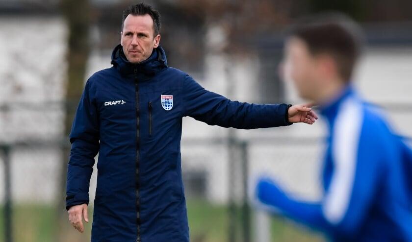 Alexander Palland geeft training aan de talenten uit de VoetbalAcademie. Foto: PEC Zwolle Media.