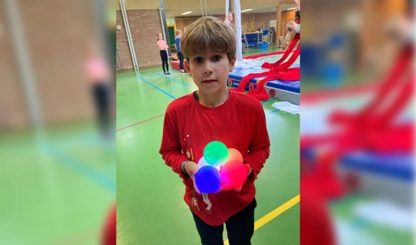Silas met LED-jongleerballen