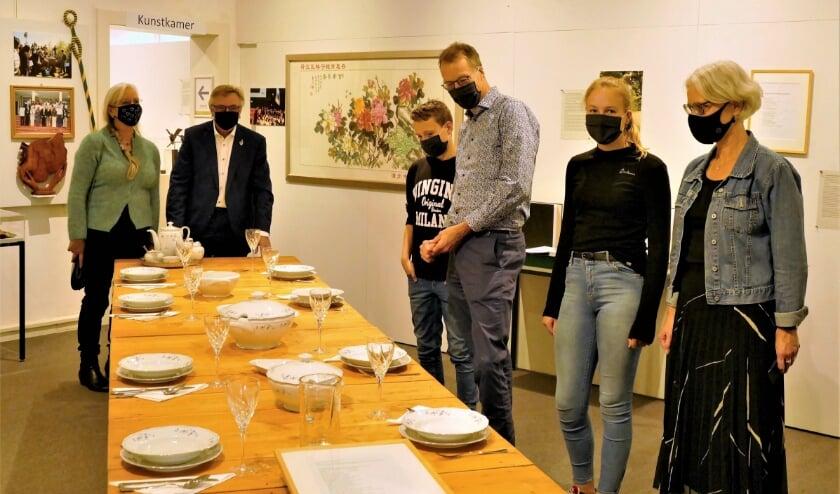 Corrie en Geert van Rumund leidden zondag hun familie al door de tentoonstelling. (foto: Jacques van der Weiden)