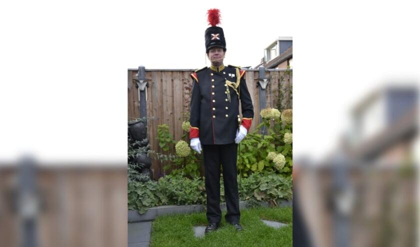 <p>De hoofdcommandant Mario Staring in zijn nieuwe uniform. (foto: Danny Staring)</p>