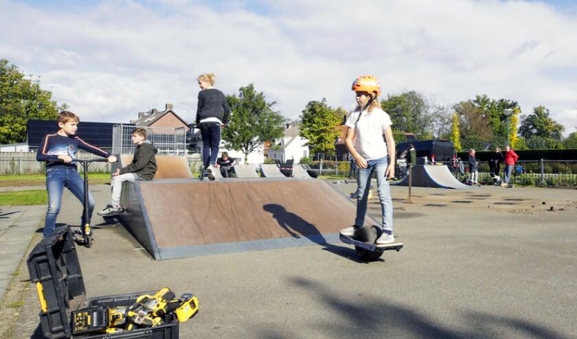 <p>Er werd zondag niet alleen maar geklust bij de skatebaan in Heeze. (Foto: Jurgen van Hoof)</p>