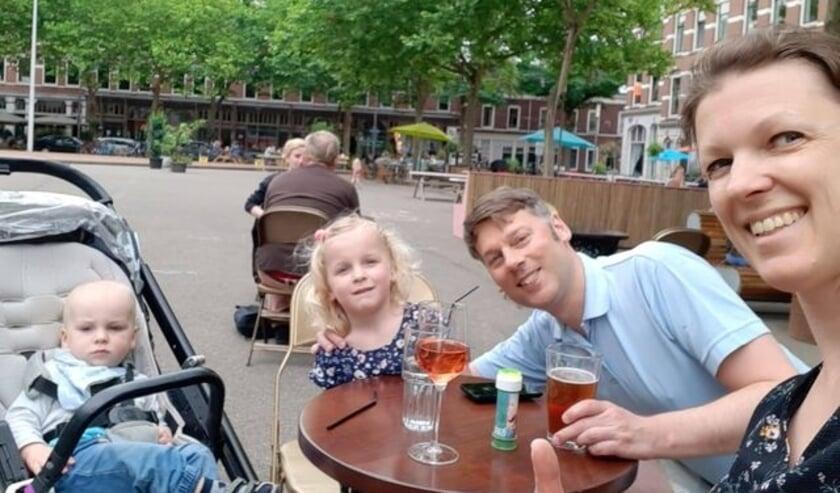 <p>Kristian, Josephine, Rien en Marlies op h&uacute;n plein, het Deliplein. In h&uacute;n buurt, Katendrecht. Ze willen graag alle andere Kapenezen leren kennen.</p>