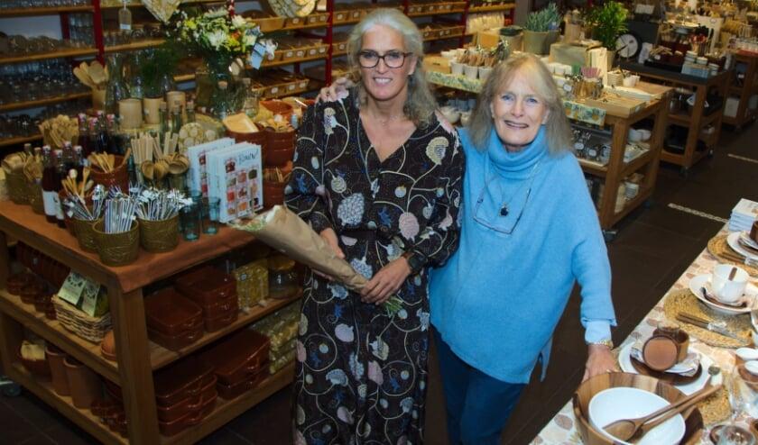 <p>Liesbeth Velders - Strik en haar moeder Emmy Strik &nbsp;in het jubilerende Dille en Kamille. (foto Gert Perdon)</p>