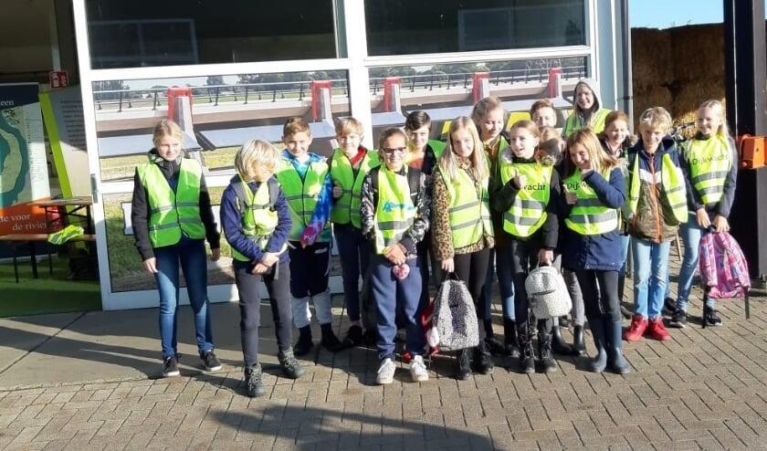 <p>Leerlingen van &nbsp;leerlingen van groep 7 en 8 van basisschool De IJsselvallei in Veessen bij het informatiecentrum.</p>