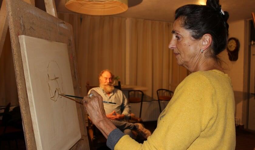 <p>Erna neemt deel aan Sterren op het Doek en oefent haar kunsten wekelijks bij de portretgroep van Henk Groenendaal. Foto Wendy van Lijssel</p>