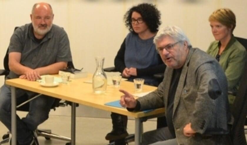 <p>Loek Grootjans met kunstenaars Tamara Dees en Maartje Korstanje en moderator Hans Martens</p>