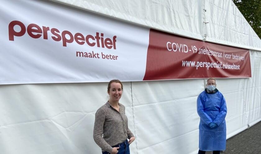 <p>Adviseur duurzame inzetbaarheid Marleen Ruitenbeek en medisch assistent Elianna Meester die de sneltesten bij Perspectief uitvoert.</p>