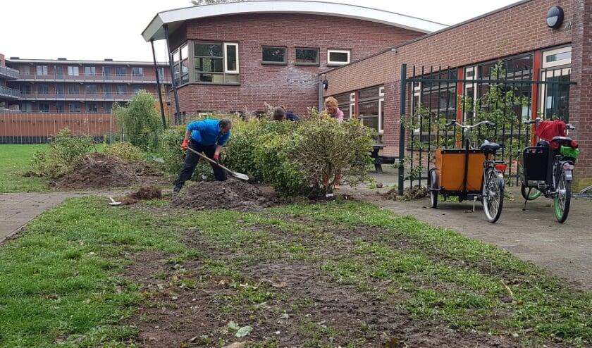 <p><strong>Het afgelopen weekend werd begonnen met het verplaatsen van de haag.</strong>&nbsp;Foto: Dani&euml;l Smits (6 jaar) </p>