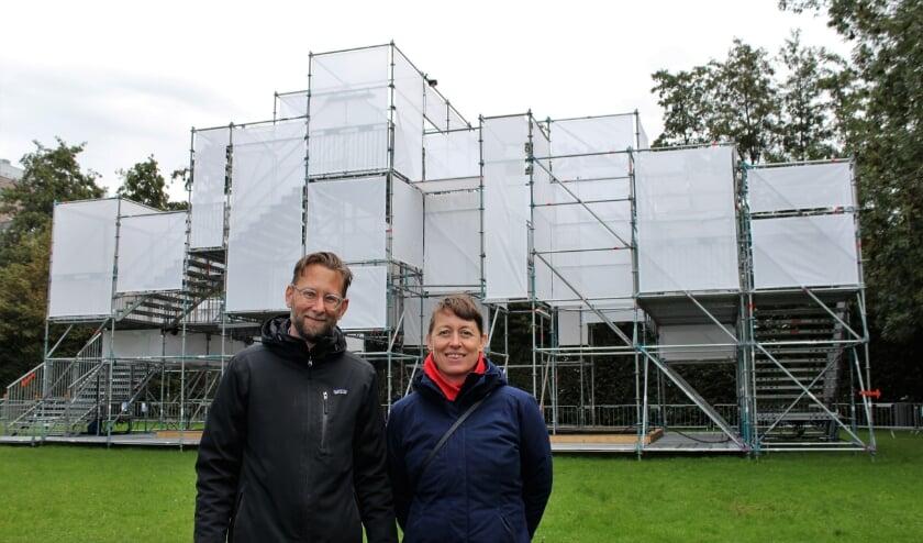 <p>Theatergroep Powerboat, Bas Kortmann en Fokka Deelen voor paviljoen NOA in het Semiramispark. (Foto: Annemarie van der Ploeg)&nbsp;</p>